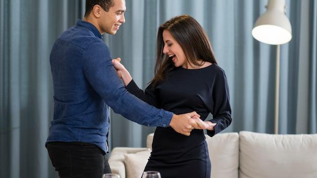 Linda pareja bailando juntos en el día de san valentín
