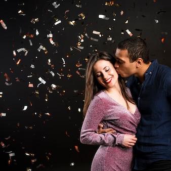 Linda pareja besándose para la víspera de año nuevo