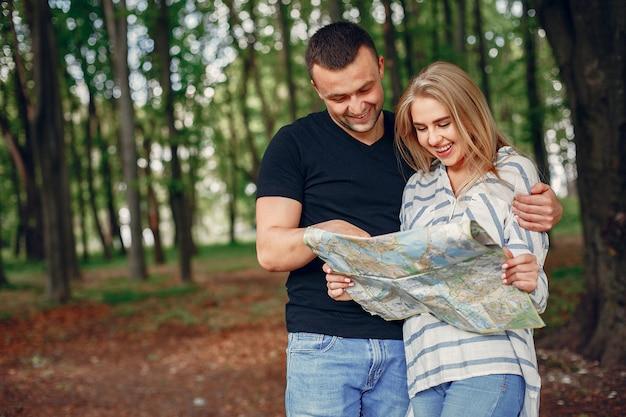 Linda pareja buscando un destino en el mapa