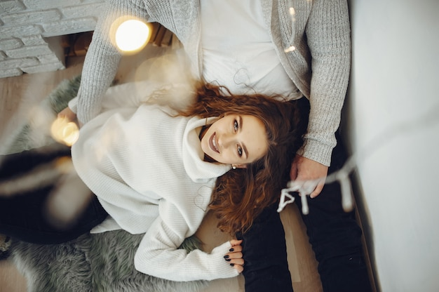 Linda pareja en casa en un cálido suéteres