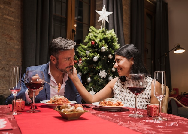 Linda pareja cenando en navidad