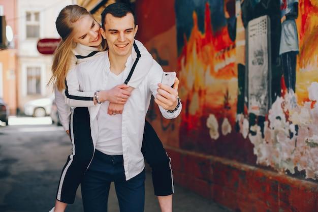 Linda pareja en una ciudad
