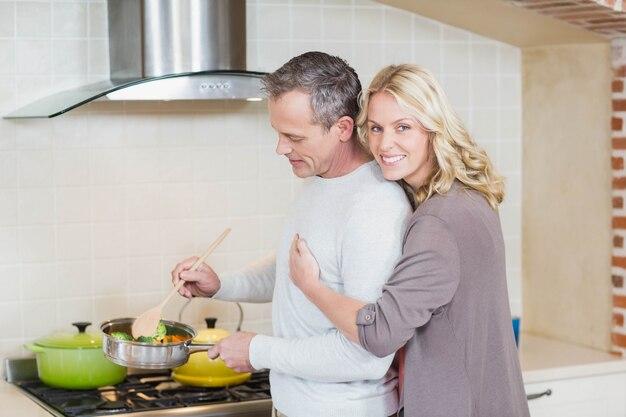 Linda pareja cocinando en la cocina