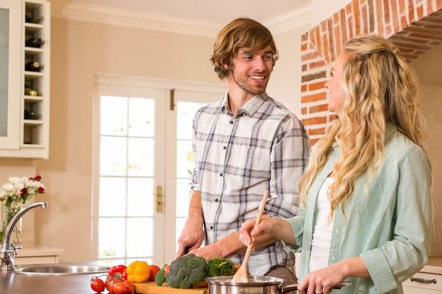Linda pareja cocinando juntos en la cocina