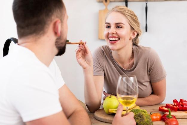 Linda pareja comiendo juntos