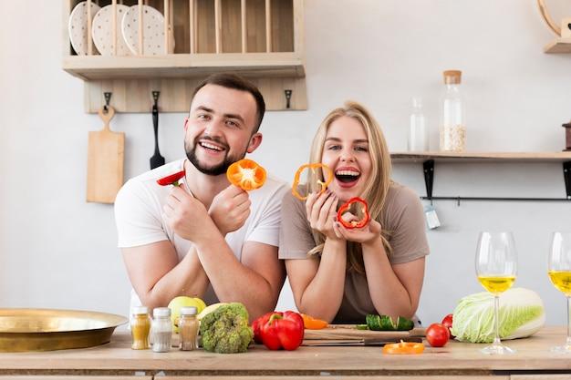 Linda pareja comiendo pimiento