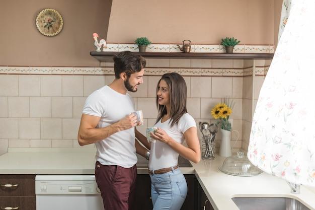 Linda pareja desayunando en la cocina