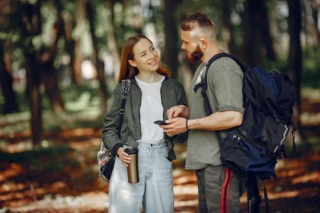 Linda pareja descansa en un bosque