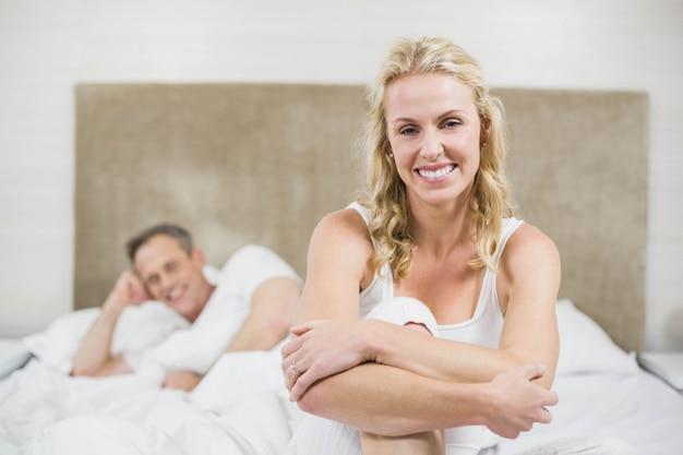 Linda pareja descansando en su habitación