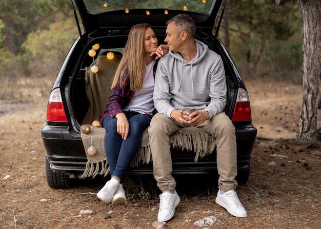 Linda pareja disfrutando juntos de viaje por carretera