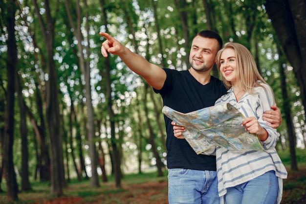 Linda pareja imaginando las vacaciones