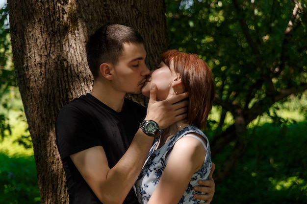 Linda pareja joven abrazando