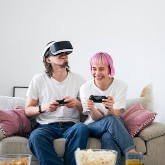 Linda pareja jugando a un juego de realidad virtual