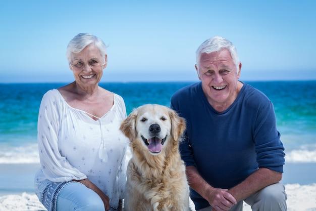 Linda pareja madura posando con su perro