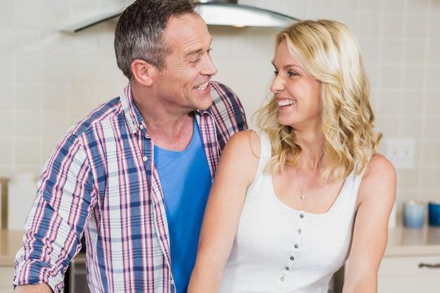 Linda pareja mirándose en la cocina