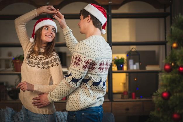 Linda pareja de navidad bailando