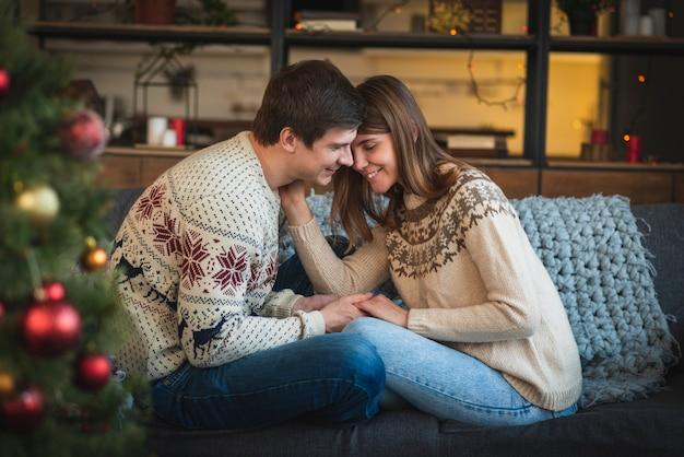 Linda pareja de navidad en el sofá