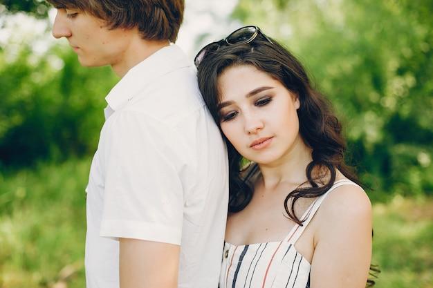 Linda pareja en un parque de verano