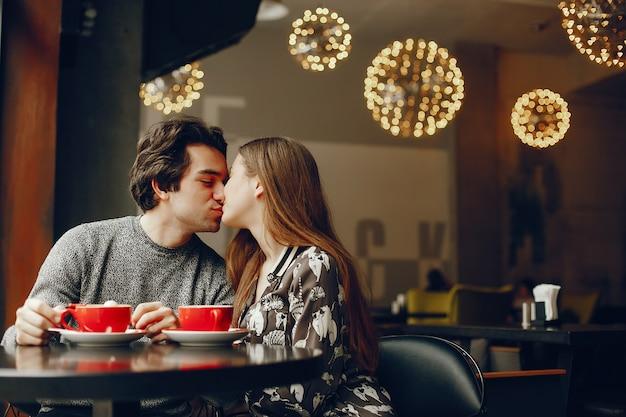 Linda pareja pasa tiempo en un cafe