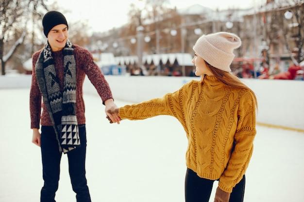 Linda pareja en una pista de hielo