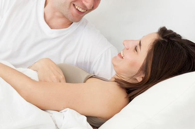 Linda pareja de primer plano en el dormitorio