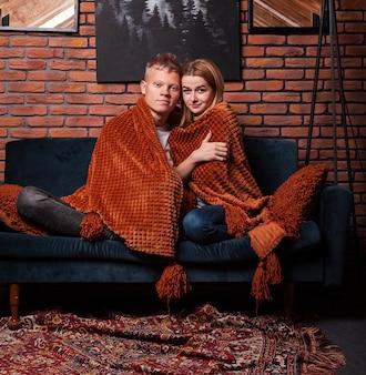 Linda pareja quedarse debajo de la manta
