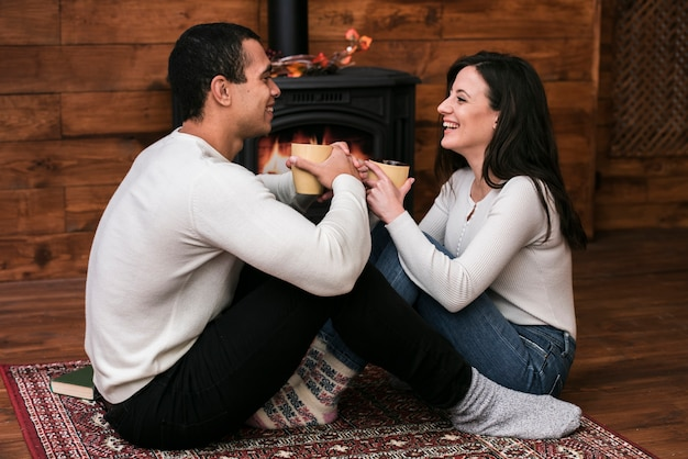 Linda pareja sonriendo el uno al otro