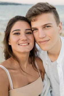 Linda pareja tomando un selfie juntos al aire libre