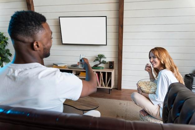 Linda pareja viendo una película en netflix