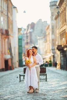 Linda romántica gentil hermosa pelirroja elegante chica y su novio pasan un buen rato en lviv