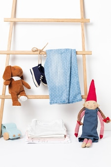 Linda ropa de bebé colgada en el estante