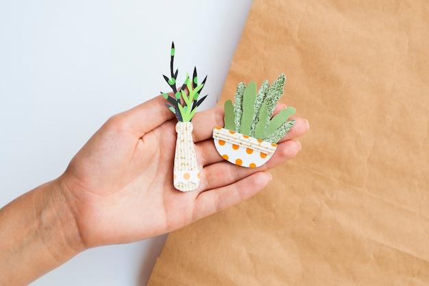 Linda variedad de plantas de papel en la mano