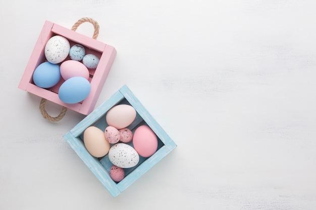 Lindas cajas con coloridos huevos de pascua y copia espacio