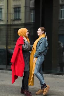 Lindas chicas jóvenes hablando entre sí