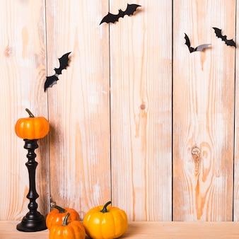 Lindas decoraciones de halloween junto a la pared
