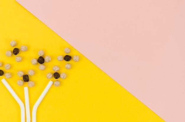 Lindas flores abstractas hechas con cereales y pajitas