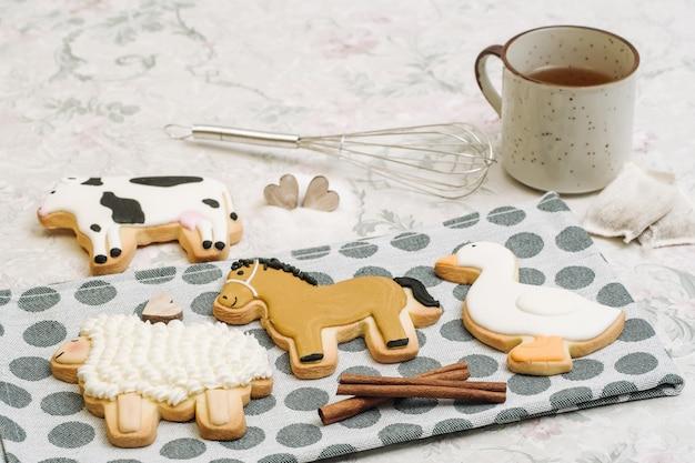 Lindas galletas hechas a mano en forma de animales.