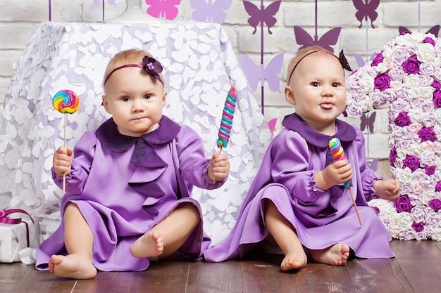 Lindas hermanas gemelas celebrando su primer cumpleaños