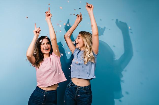 Lindas mujeres bailando con las manos arriba