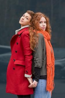 Lindas mujeres jóvenes posando juntos