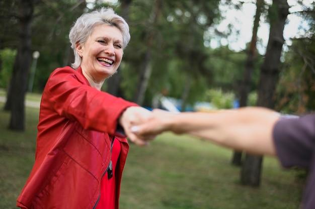 Lindas mujeres mayores tomados de la mano