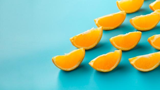 Lindas rodajas de naranja con superficie azul