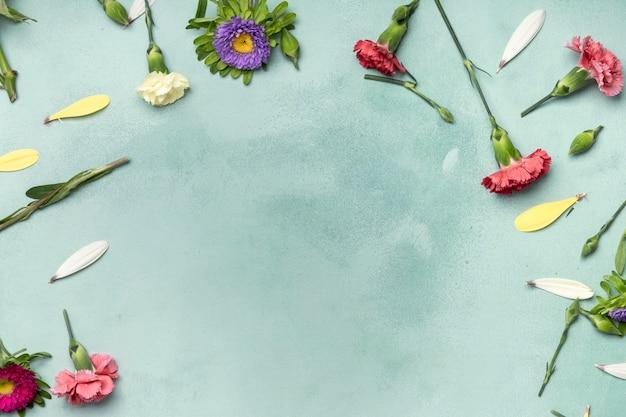 Lindo arreglo de flores sobre fondo azul con espacio de copia