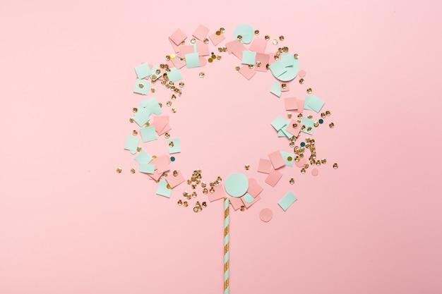 Lindo arreglo de lentejuelas y confeti