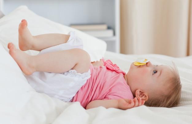 Lindo bebé acostado en una cama