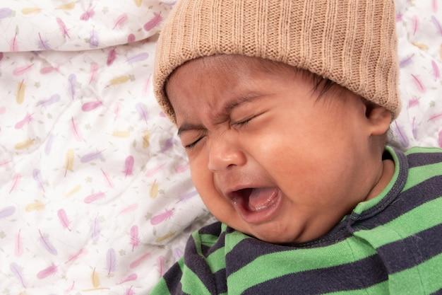 Lindo bebé asiático triste y llorando