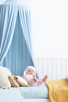 Lindo bebé disfrazado de conejito de pascua