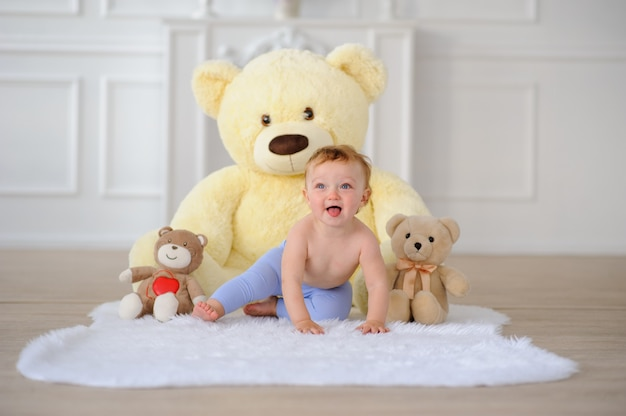 Lindo bebé gatea por el suelo.