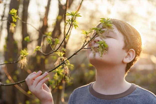 El lindo bebé con pecas en la cara respira aire fresco de primavera.