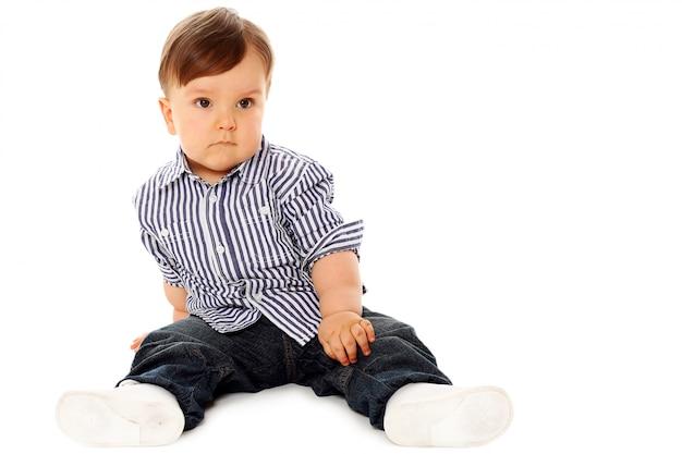 Lindo bebé con ropa casual en blanco